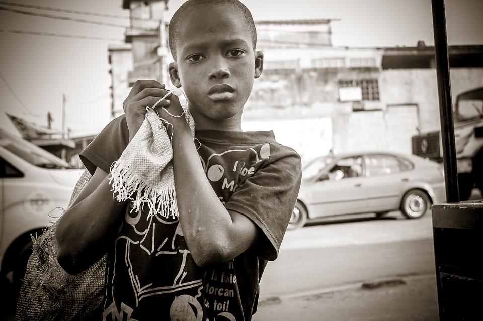Un enfant des rues en Afrique CC: Pixabay